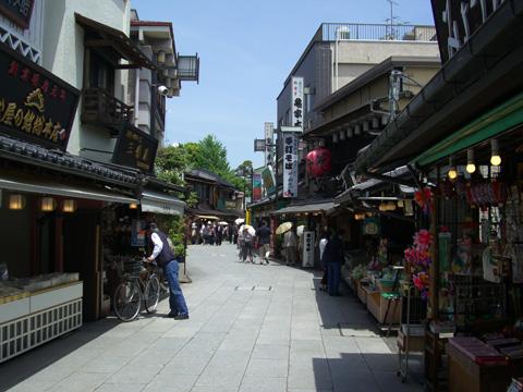 参道沿いの商店街